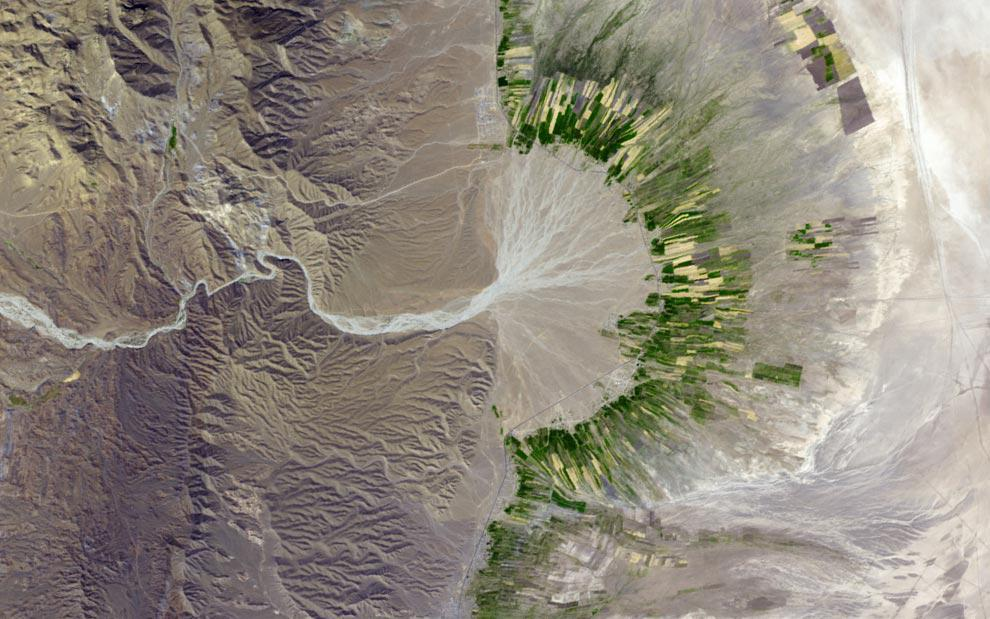 An image of agriculture on an alluvial fan in southeastern Iran.
